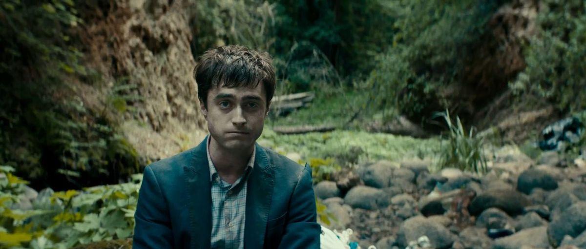 """Дэниэл Рэдклифф в роли трупа - кадр из фильма """"Человек-швейцарский нож"""""""