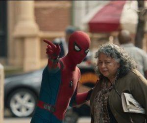 Человек-паук помогает старушке